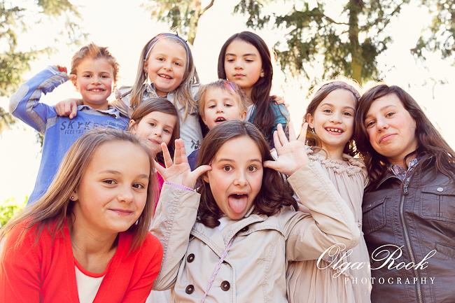 Kleurrijke foto van een groep kinderen op een kinderfeest. Ze lachen en trekken geeke bekken.