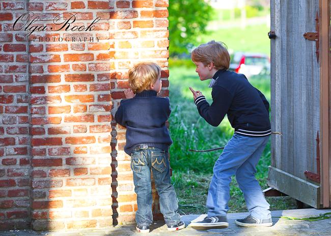 Foto van twee kleine jongentjes die duidelijk iets verzinnen: de andere kinderen verrassen of aanvallen.