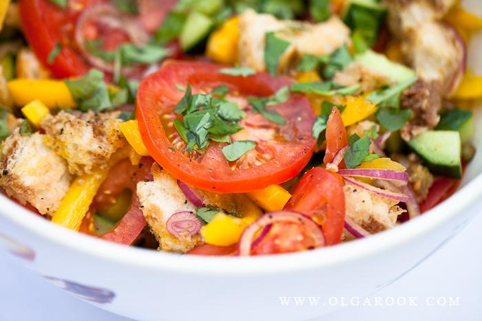 Foto van Italiaanse salade met tomaat, uien, paprica en bruschetta in een schaal.
