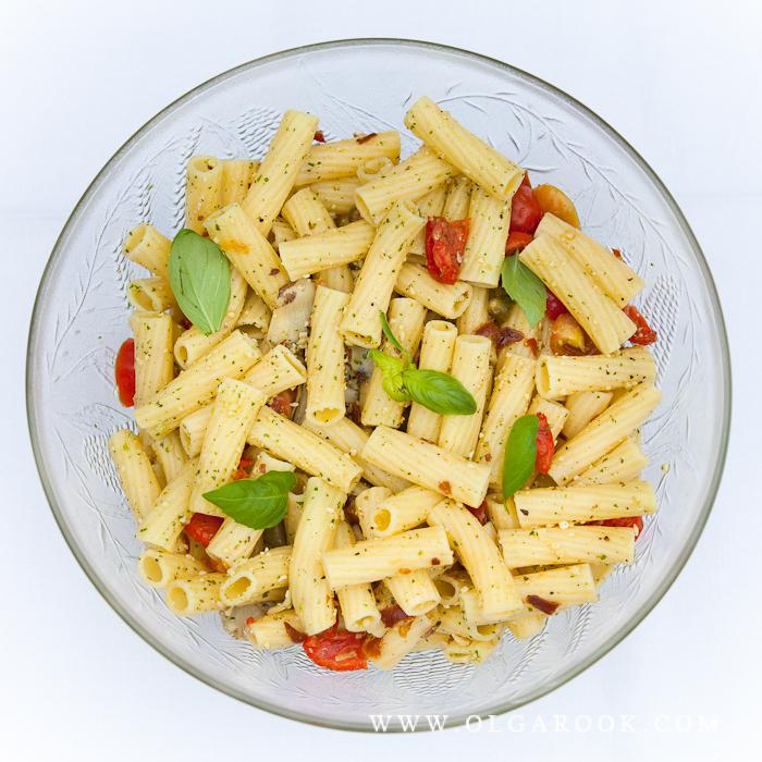 Foto van een schaal met pasta van boven.