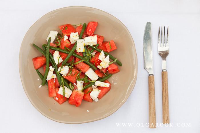Foto van schaal met mozarella en groenten.