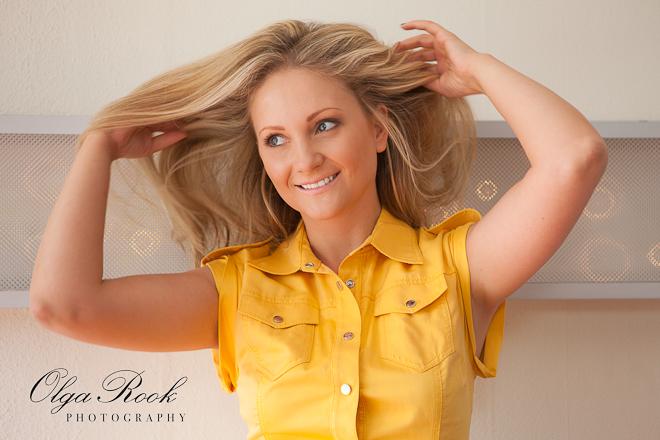 Foto van een mooie lachende blondine.