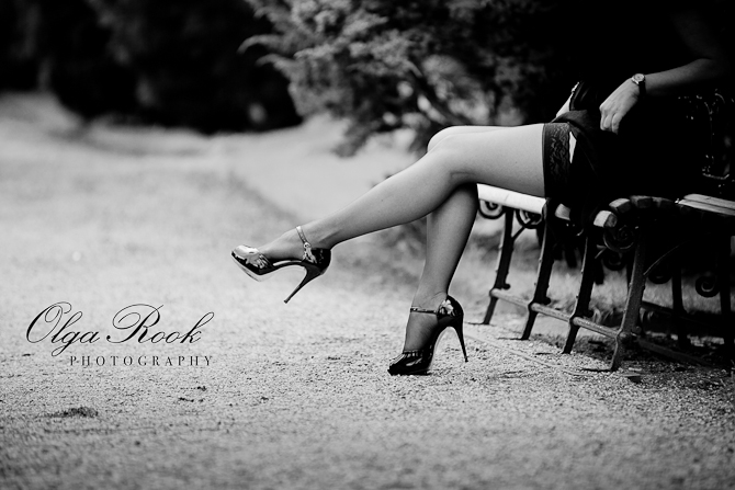 Foto in de stijl van film noir, klassiek en stijlvol. Mooie benen met schoene op hoge hakken.