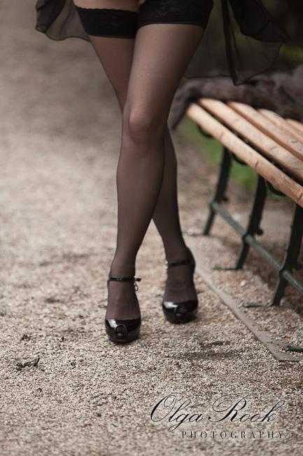 Foto van mooie slanke benen met schoenen op hoge hakken en zouden kousen. Deze foto laat denken aan retro foto's en schilderijen.