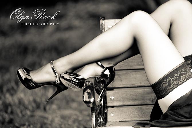 Glamoureuze zwartwit modefoto van mooie slanke benen met hoge hakken en kousen. Klassieke tijdloze uitstraling.