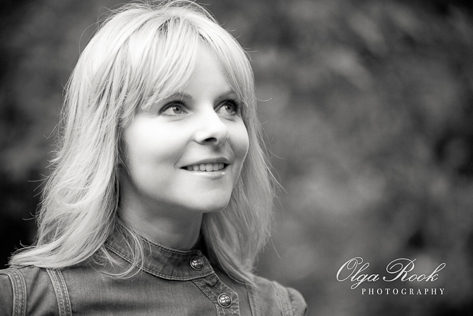 Zwartwit foto van een lachende vrouw in de park.