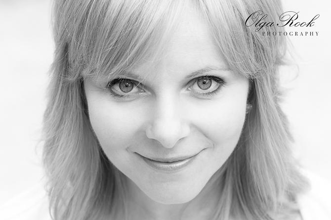 Closeup foto van het gezicht van een mooie vrouw met grote ogen.