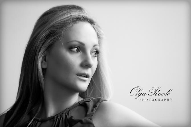 Een klassieke flim-noir-achting zwartwit porfret van een mooie blonde vrouw