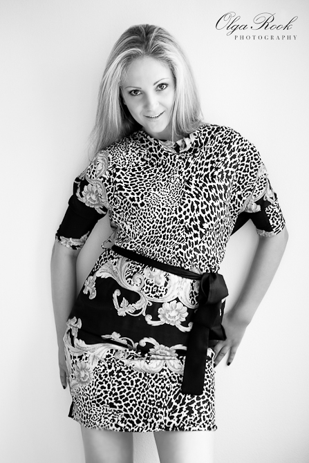 Zwartwit modefototo van een mooie blondine.