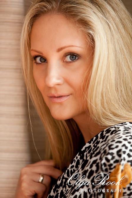 Closeup portret van een mooie blonde model met intense blik.