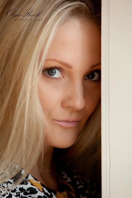 Portret van een blonde vrouw met intense blik van donkergroene ogen.