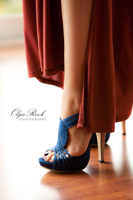 Foto van prachtige benen van deze model. Ze draag blauwe schoenen op stiletto hakken.
