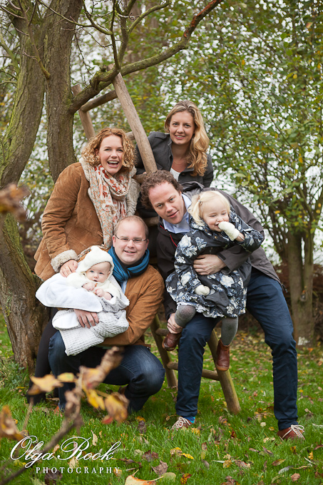 Family photography: two families in an autumn garden next to a plum tree. Spontaneous and cheerful, happy to be together.