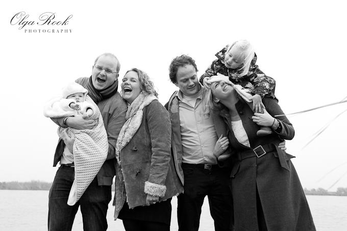 Zwartwit familiefoto: twee stellen met twee kleine kindjes. Iedereen lacht.