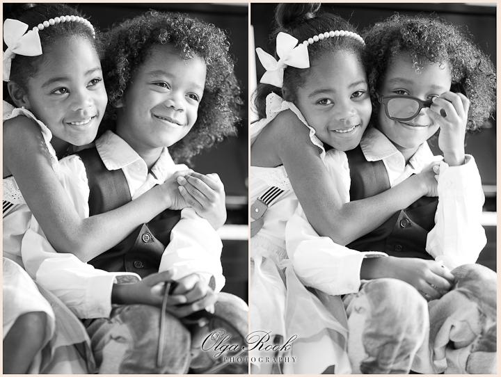 Klassieke retro-achtige portretten van kleine zusje en broerje die elkaar omhelzen. Ze zijn chique en elegant gekleed wat een extra tijdloze uitstraling aan de foto's geeft.