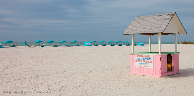 Photo of a beach Florida in Januari: it s warm, but there are hardly any people on the beach: just a row of seats and parasols.