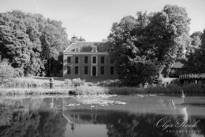 Amelisweerd in zwart-wit: een mooie park en vijver.
