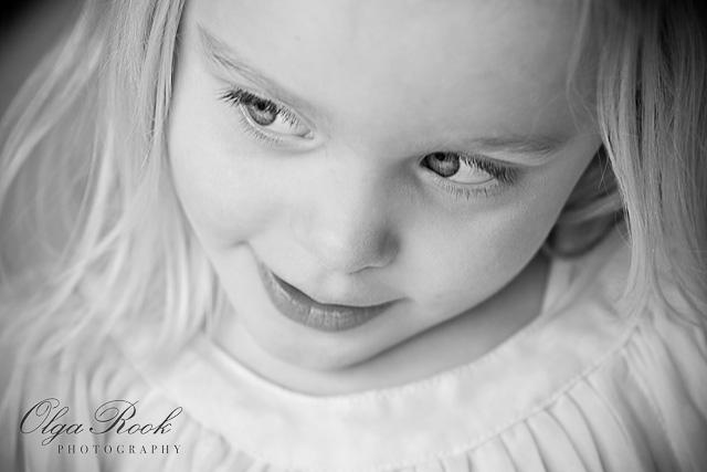 Portret van een klein meisje in zwartwit.