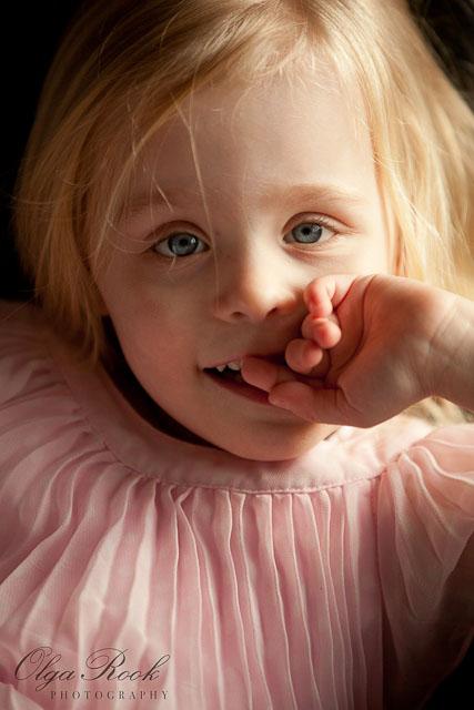 Kleurenfoto van een klein meisje met roze jurk