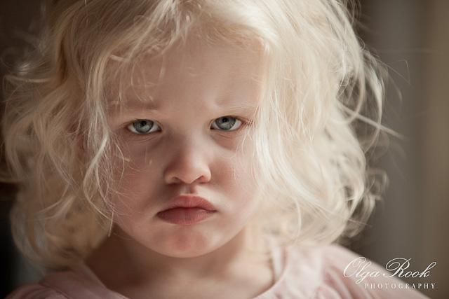 Portret van een klein humeurig meisje.