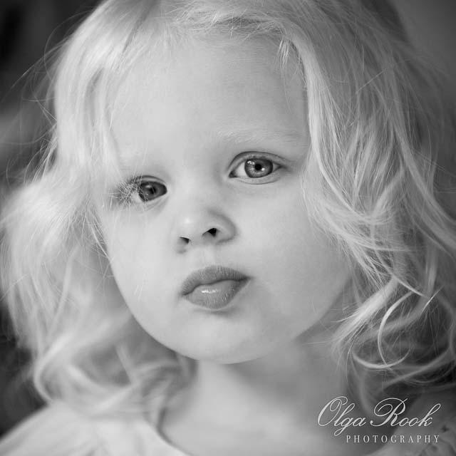 Zwartwit portret van een tweejarig blond meisje.
