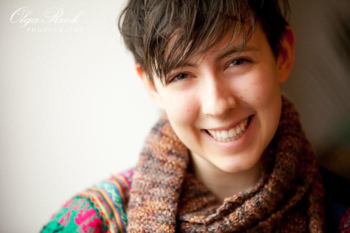 Kleurenportret van een lachend meisje met korte haar.
