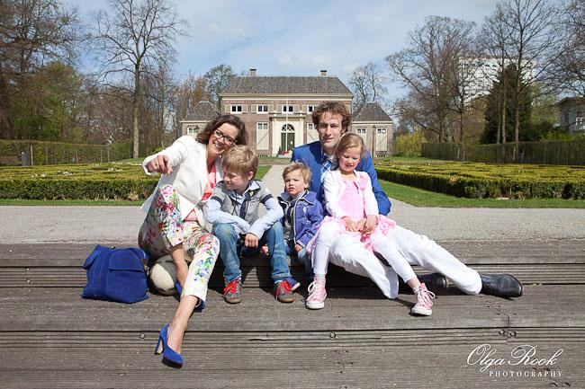 Portret van een gezin bij het Euromast park in Rotterdam, voor het Heerenhuys parkje.