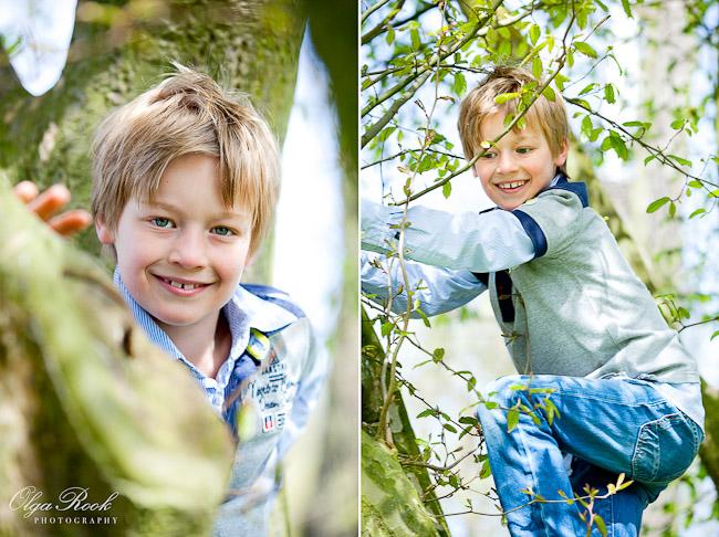 Portret van een jongentje die in een boom klimt.