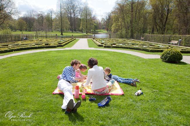 Gezin met kinderen aan het picknicken in het Euromast park in Rotterdam.