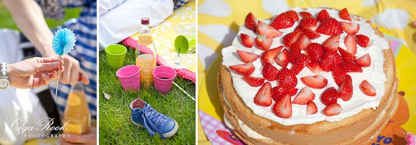 Kleurrijk picknicken met een aardbei taart!