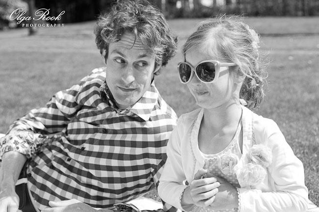 Vader en dochtertje aan het picknicken.