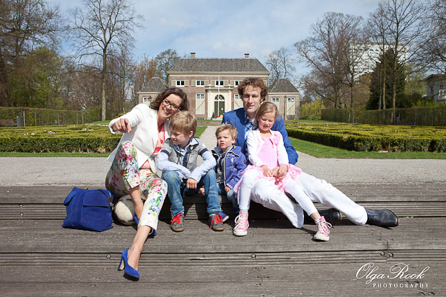 Portrait of a family in the Euromast park in front of the Heerenhuys garden.