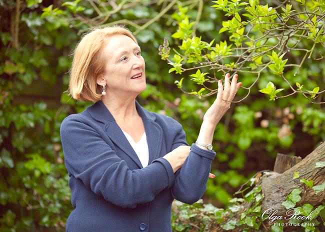 Kleurenportret van een dame in haar tuin