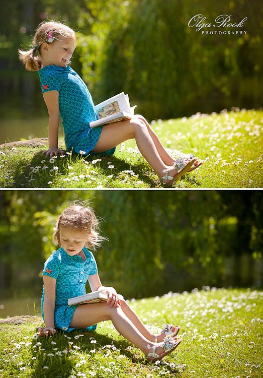 Portret van een klein meisje in een park. Ze zit in het gras tussen de bloemetjes met een boek. Het sfeer is nostalgisch en sprookjesachtig.