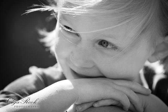 Zwartwit foto van een klein meisje.