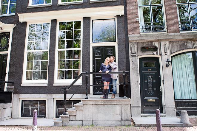 Foto van een paar op de trap van een oud huis in Amsterdam.