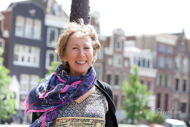 Foto van een elegante dame op een Amsterdamse gracht.