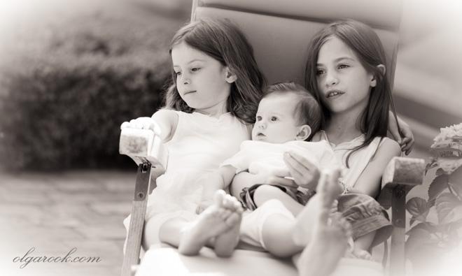 Portret van drie zusjes samen. De foto imiteert antieke foto's.
