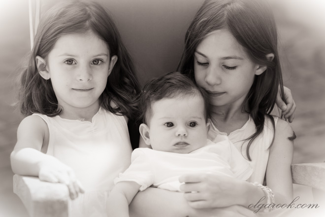 Klassieke portret van drie kleine meisjes. De foto laat aan antieke foto's denken.