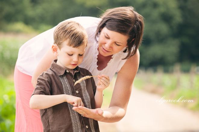 Een moeder en haar zoontje in een veld.