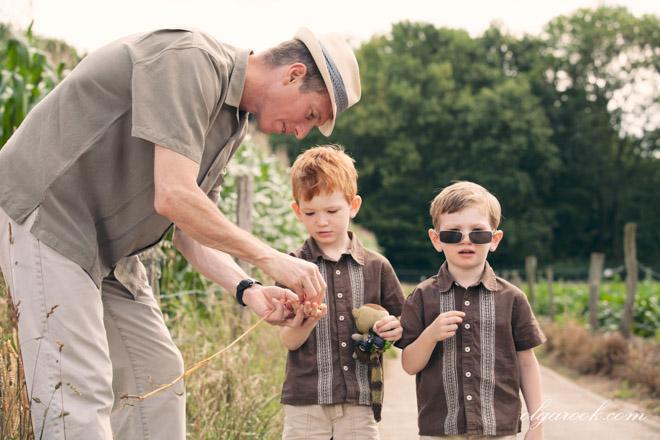 De vader laat een aar en correls aan zijn zoontjes zien.