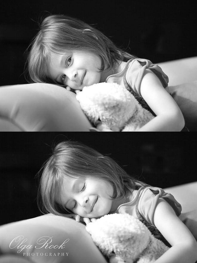 Foto van een klein lief meisje op een bankje met een knuffel in haar handen.