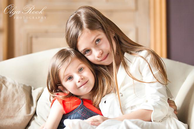 Sfeervol portret van twee zusjes.