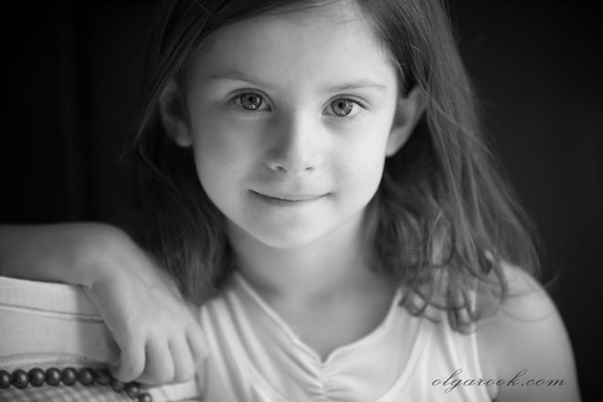 Klassiek zwart-wit portret van een klein meisje met intelligente en serene blik.