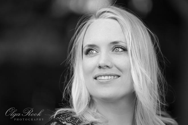 Klassieke portret van een mooie blonde vrouw met zachte glimlach.