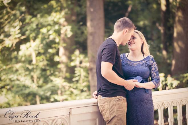 Romantisch portret van een paar op een brug.