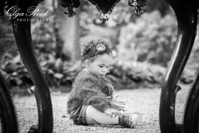 Tijdloos zwart-wit portret van een eenjarig mesije in een park