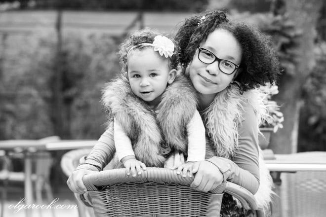 Portret van twee zusjes in zwart-wit