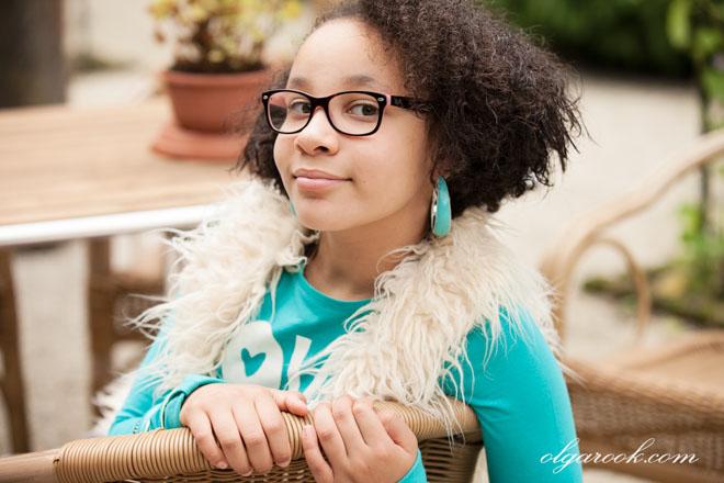 Kleurrijke portret van een krullerig meisje met een brilletje
