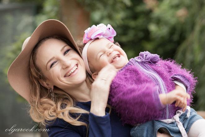 foto van lachende moeder en haar kleine dochtertje